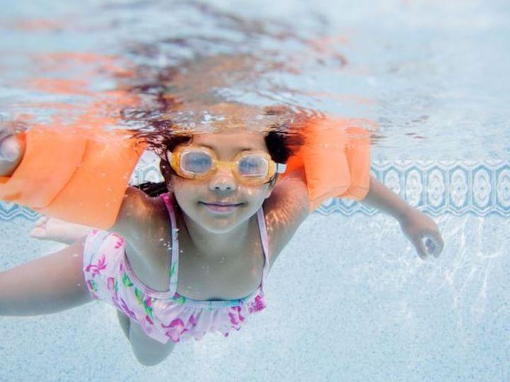 浮き輪をすれば安心と思っていない? プールで子どもにさせてはいけない12のこと