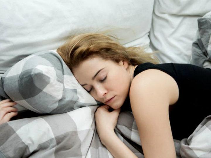 腰に一番よい寝姿勢は? 腰や背中が痛いときオススメの寝方を専門家が指南