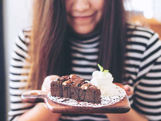 甘いものを食べようとする女性