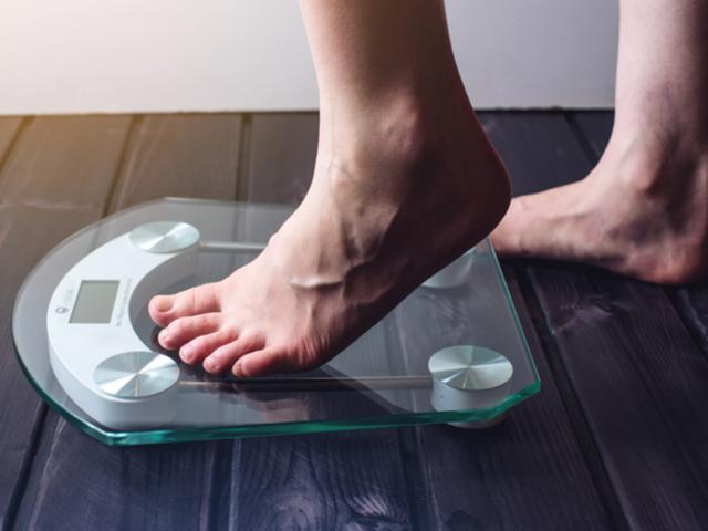 体重計に乗る女性の足