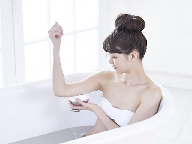 美容器具を使う女性