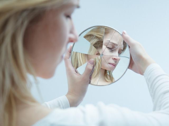 割れた鏡と女性
