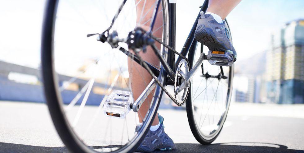 12自転車を漕いでいる人