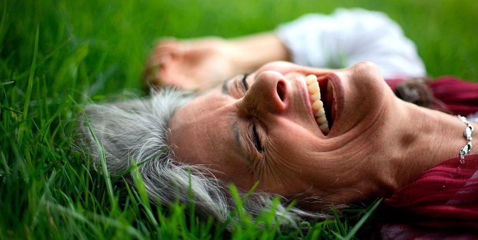14寝転がって笑う人