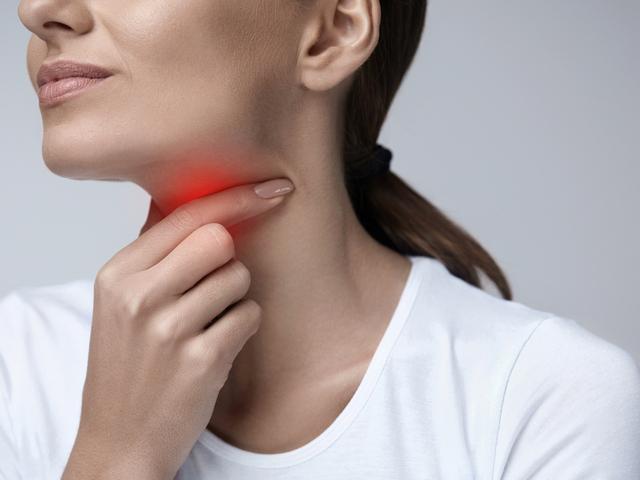 喉痛い女性