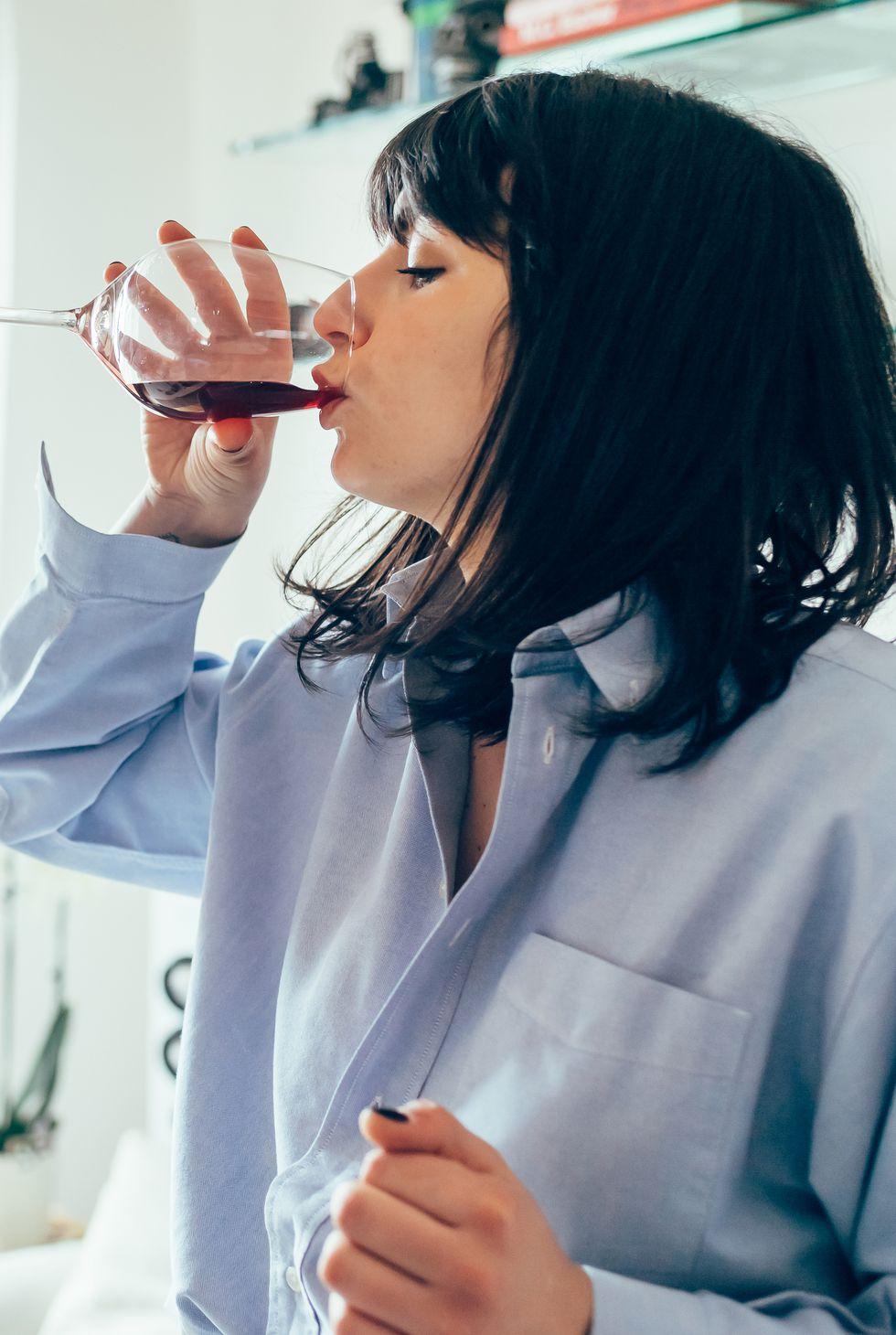 ワイン飲む女性