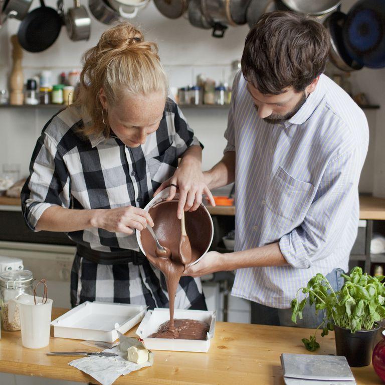 ケーキを作る男女