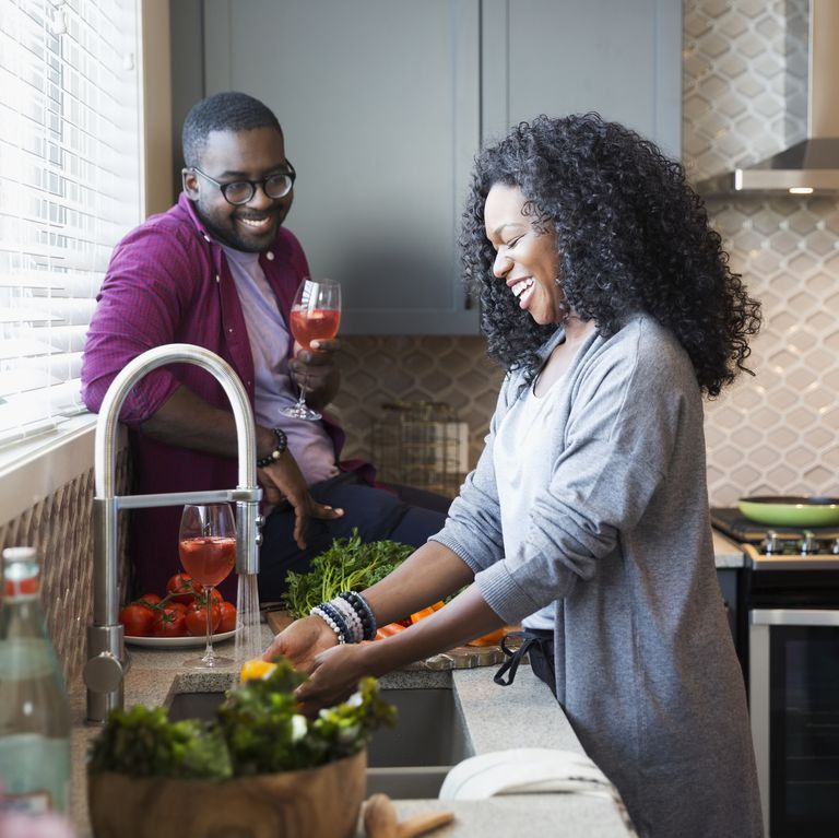 ご飯を作る女性