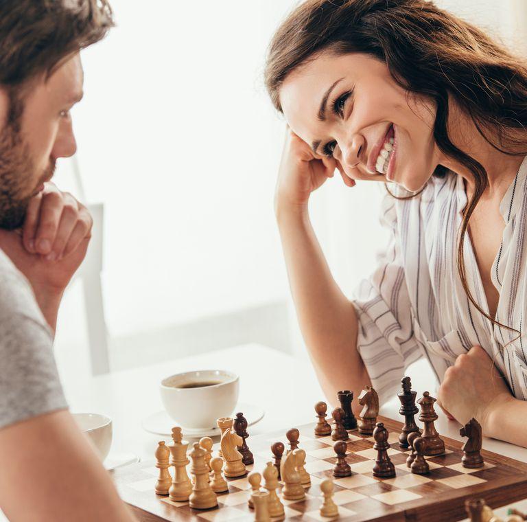 チェスする男女