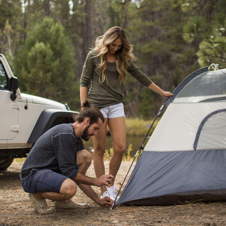 テントを張る男女