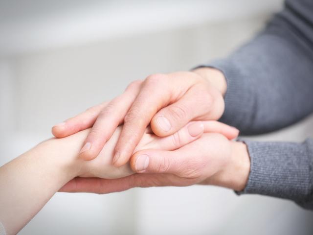 手を包む人