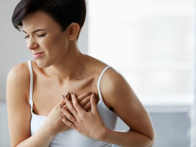胸を抑える女性