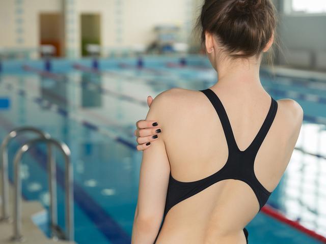 水泳する女性