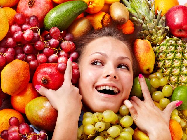 果物に囲まれた女性