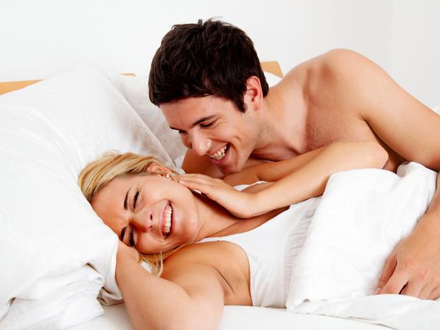 ベッドで会話する男女