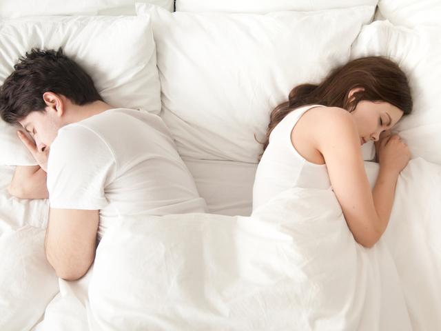 ベッドで寝る男女