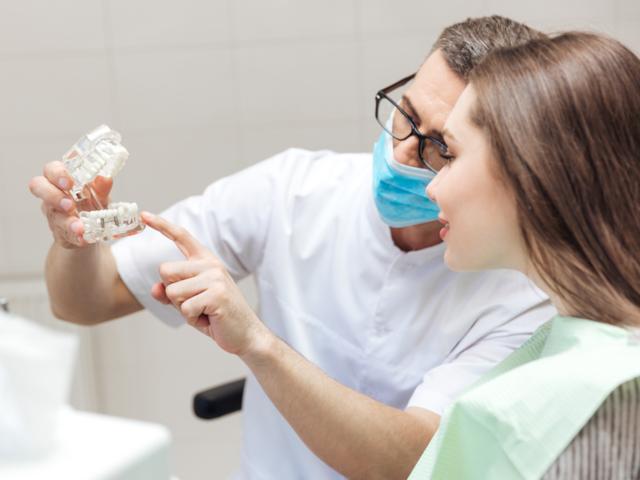 説明する歯列矯正医