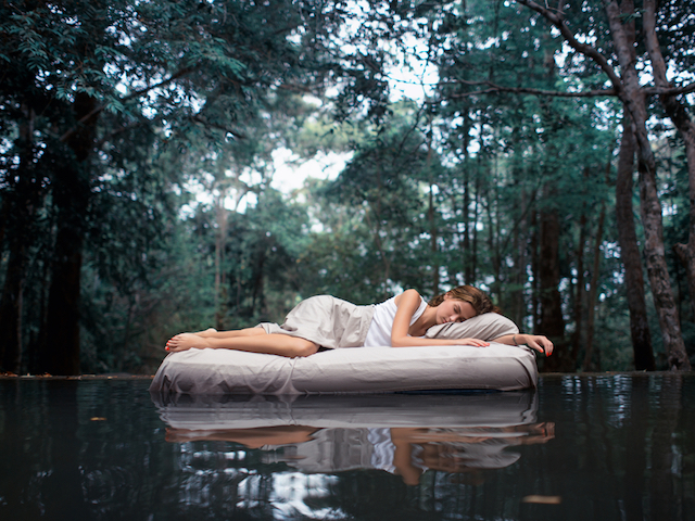 森のなかで眠る女性