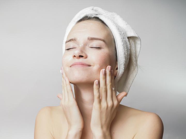 新しい洗顔セオリーは「吸着力」。洗顔パウダーで、 中性重炭酸マッサージ