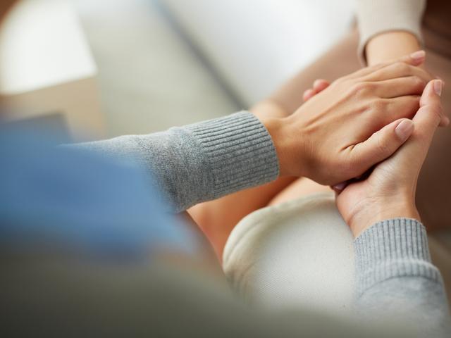 手を握る人