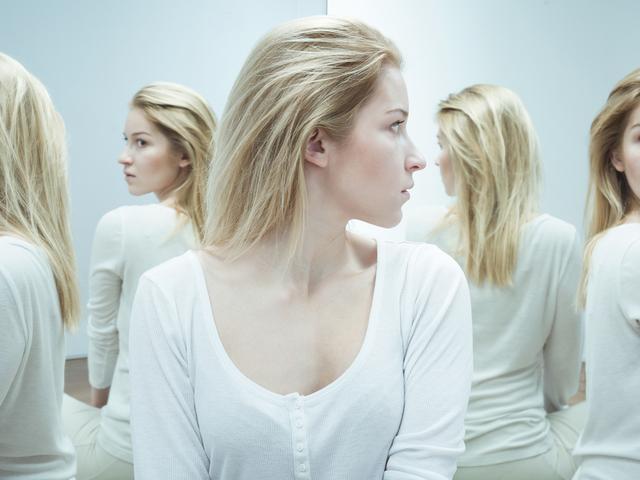 鏡に映る女性