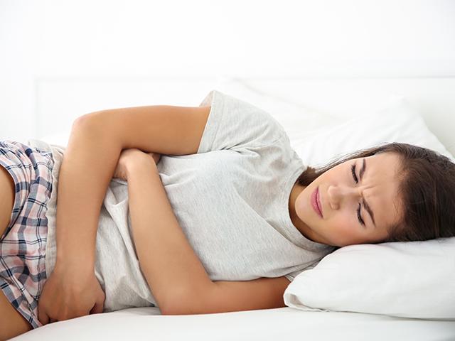 生理痛で横たわっている女性