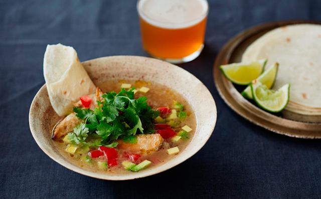 鶏手羽先とアボカドのメキシカンスープ