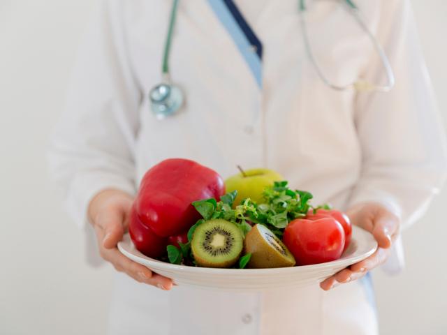 野菜を持つ医者