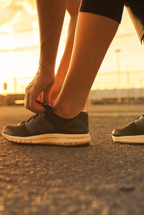 靴紐を結ぶ人