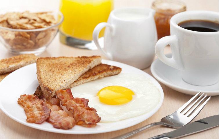 パン、ベーコン、目玉焼き、コーヒーの朝食