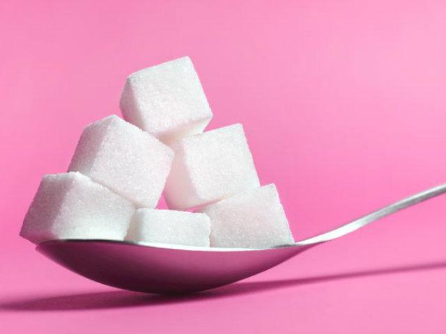 スプーンにのった角砂糖