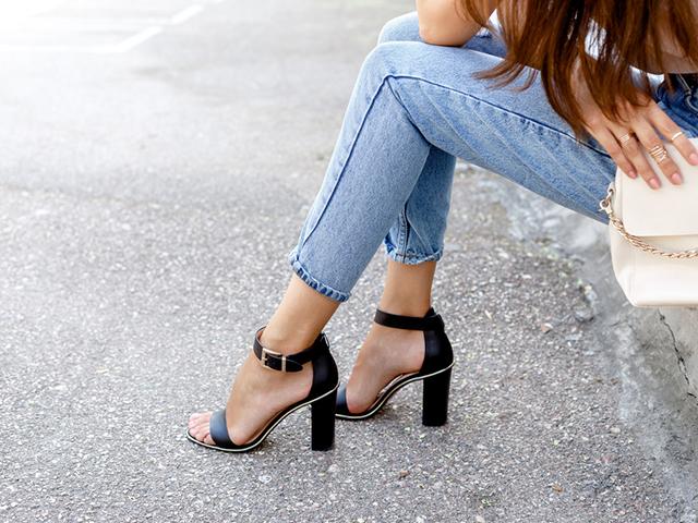 ヒール靴で座っている女性