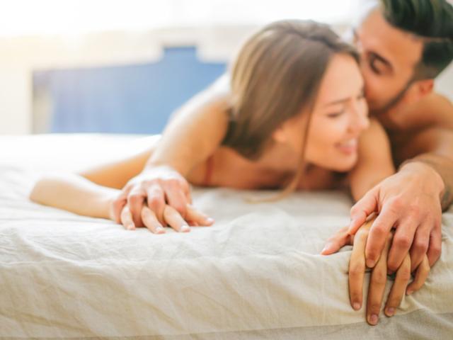 ベッドの男女