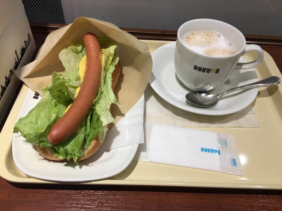 レタスドッグとカフェラテ