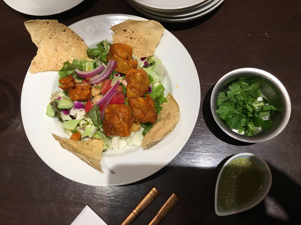 サラダとチキンティカ