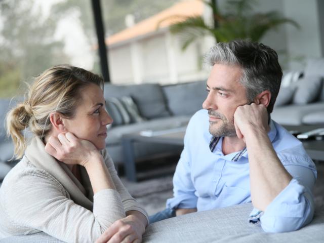 性交痛について話し合うパートナー