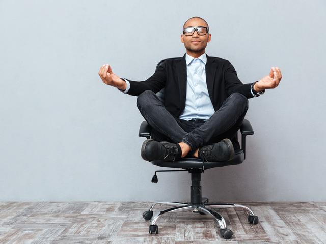 瞑想する男