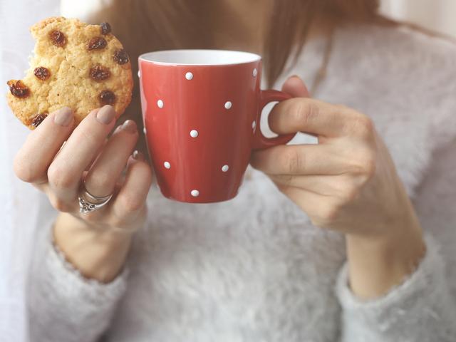 クッキーを持つ女性