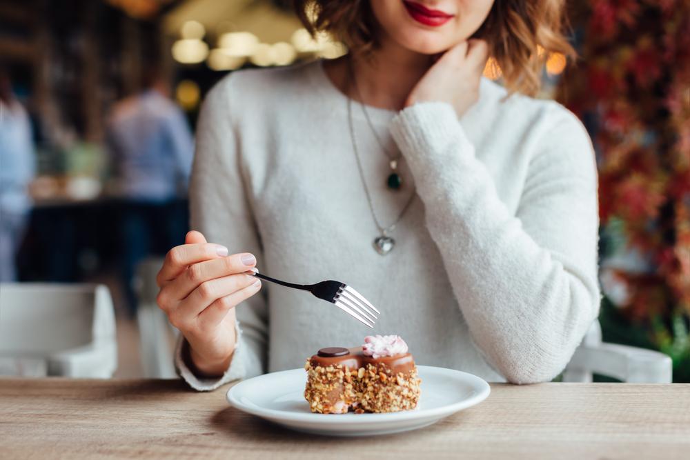 パンケーキを食べる女性