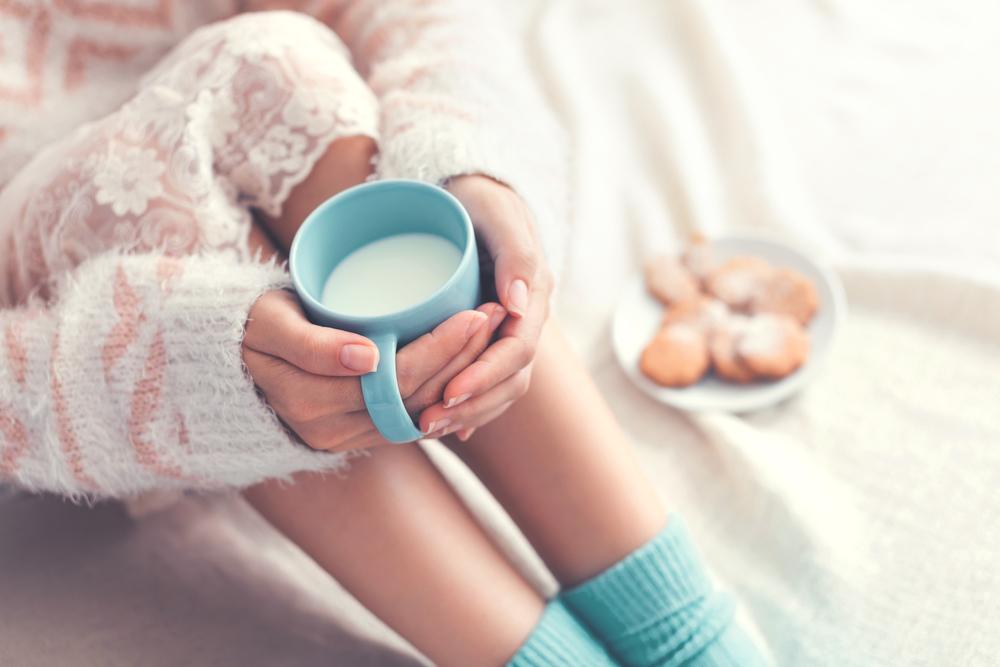 ホットミルクを飲む女性