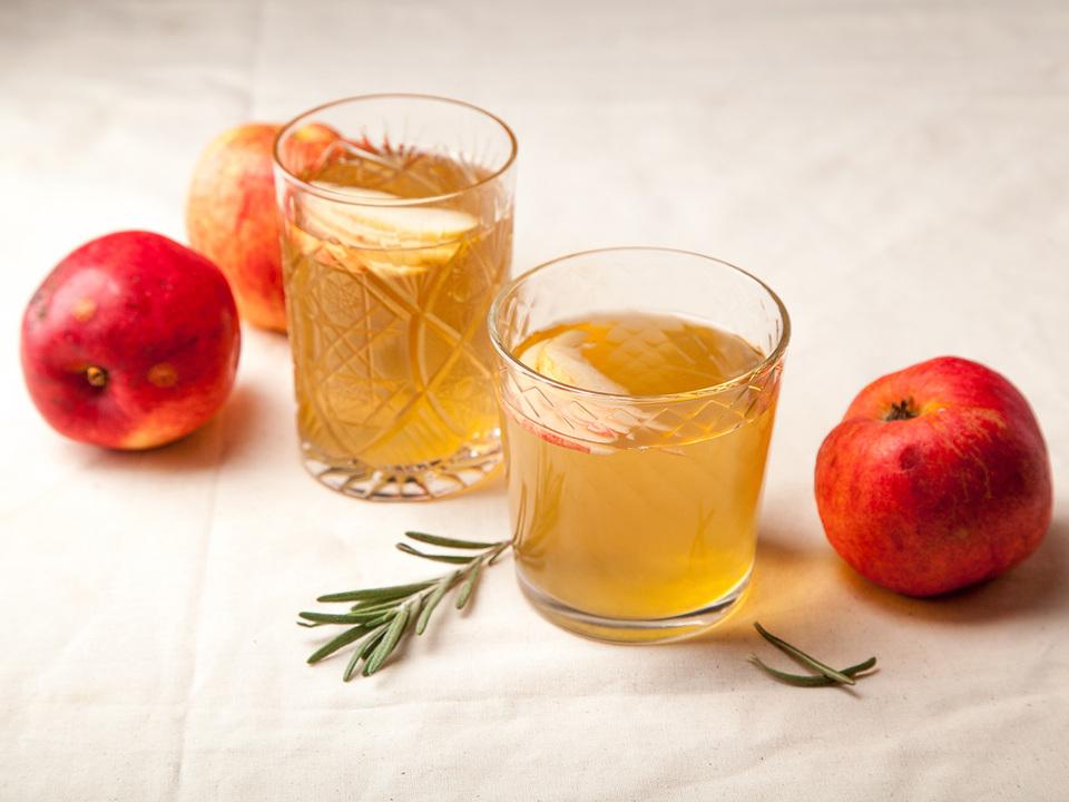 コップに入ったりんご酢とりんご