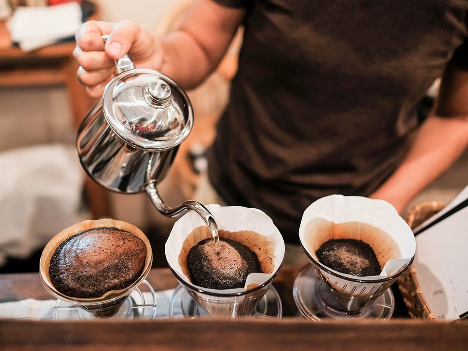 コーヒーをドリップしているところ