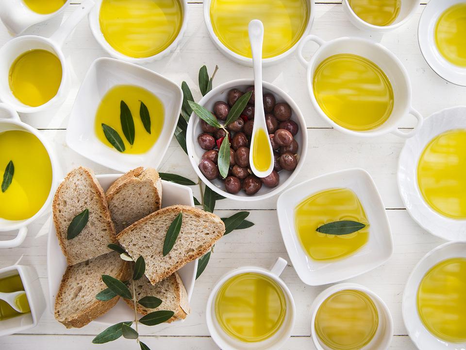 オリーブオイルとオリーブとパン
