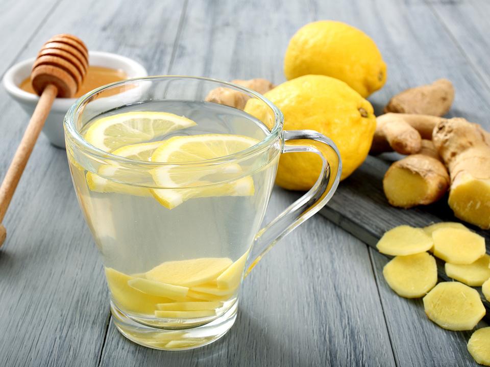 レモンとしょうがを入れた飲み物
