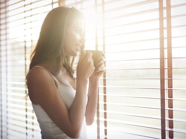 窓を見る女性