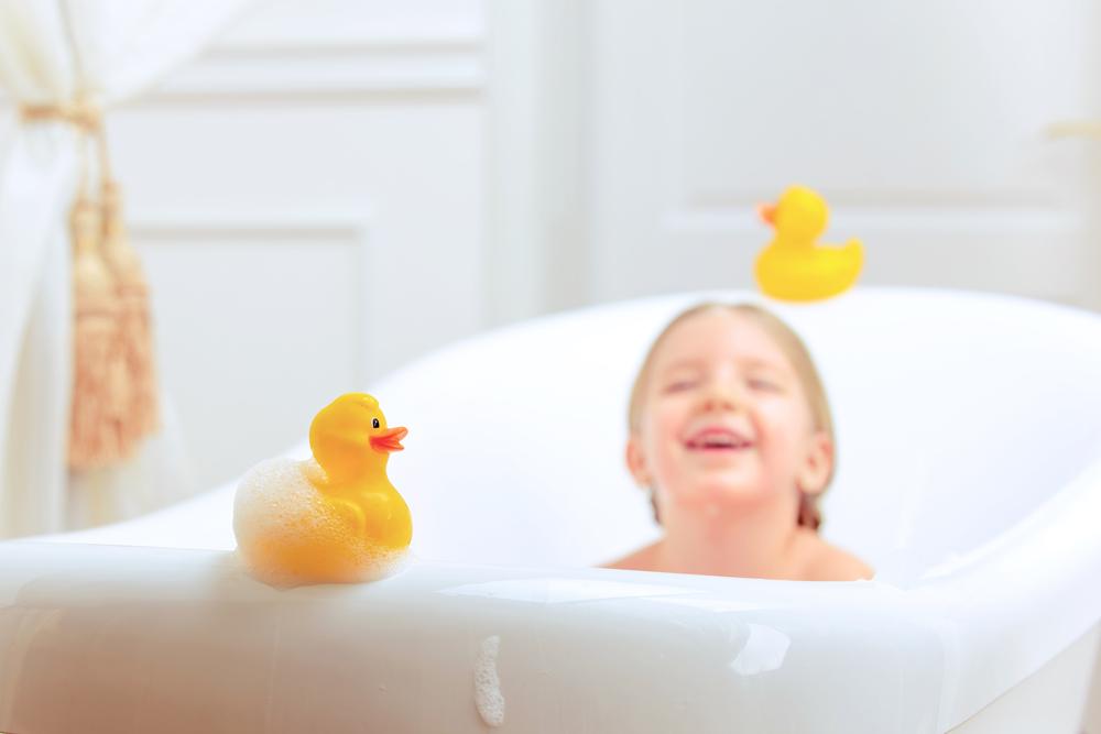 お風呂に入る男の子