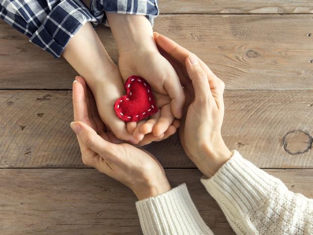 子供の手を包む人