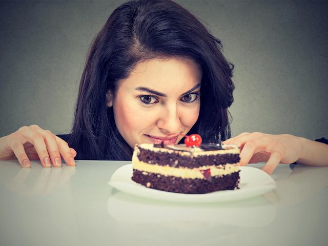 ケーキを見つめる女性