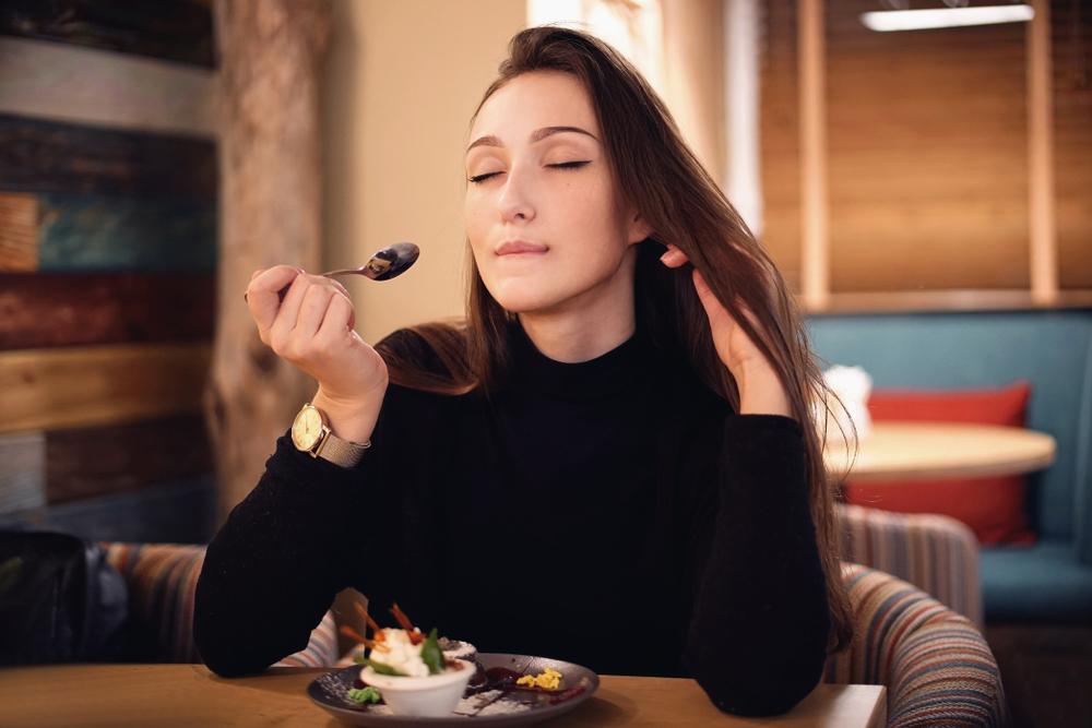 スイーツを食べる女性
