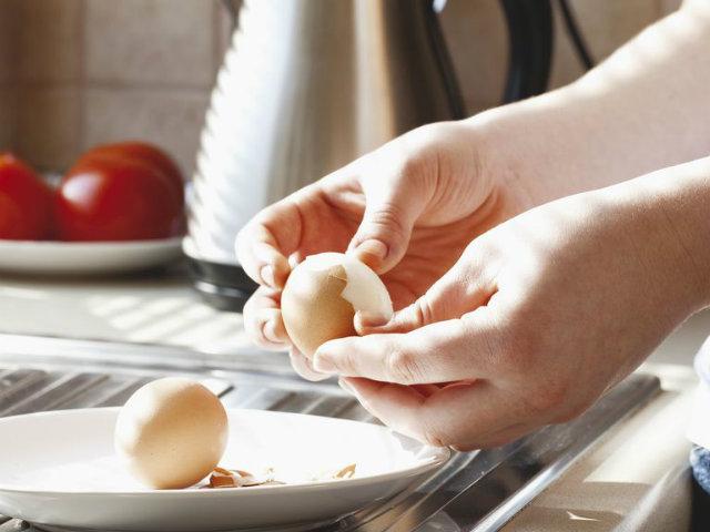 ゆで卵をむく人